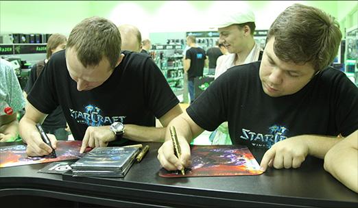 Автограф-сессия с White-Ra и Strelok для покупателей StarCraft 2 в магазине ЗОНА51
