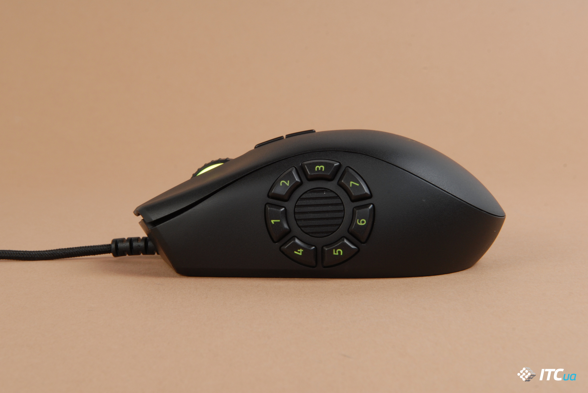 Razer Naga Trinity вид слева на панель с 7 кнопками