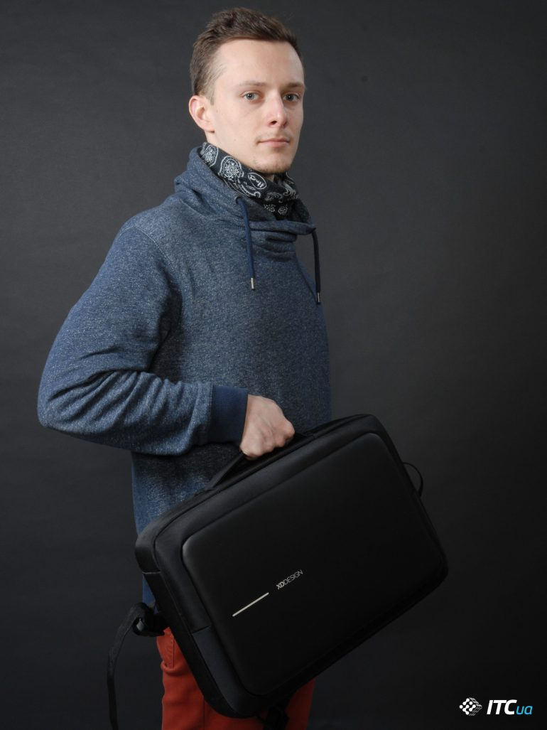 XD Design Bobby Bizz Anti-theft Backpack в руках