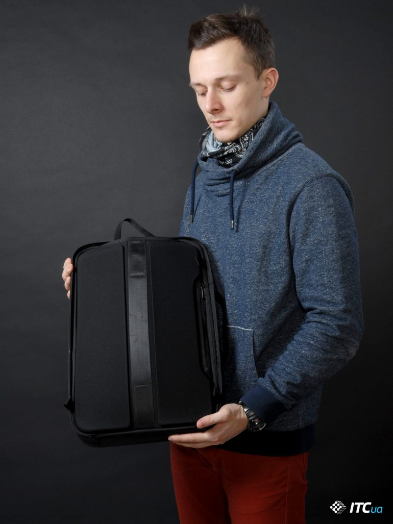 XD Design Bobby Bizz Anti-theft Backpack в руках фото 2