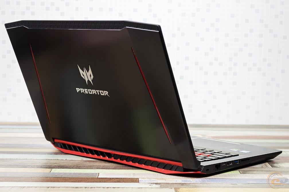 Acer Predator Helios 300 вид сзади слева в открытом состоянии