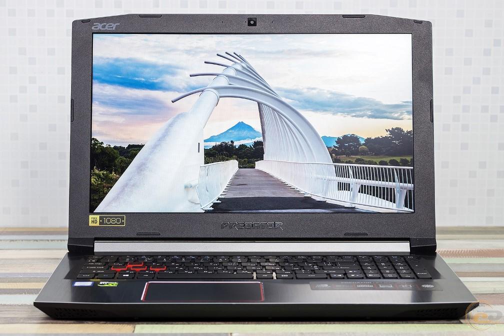 Acer Predator Helios 300 вид спереди в открытом состоянии