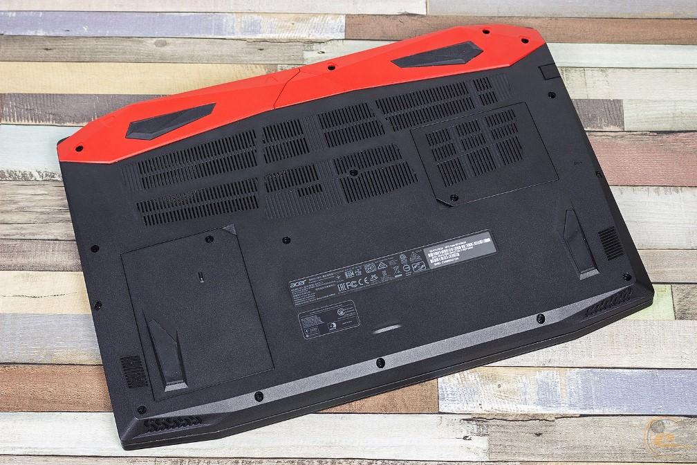 Acer Predator Helios 300 вид на основание