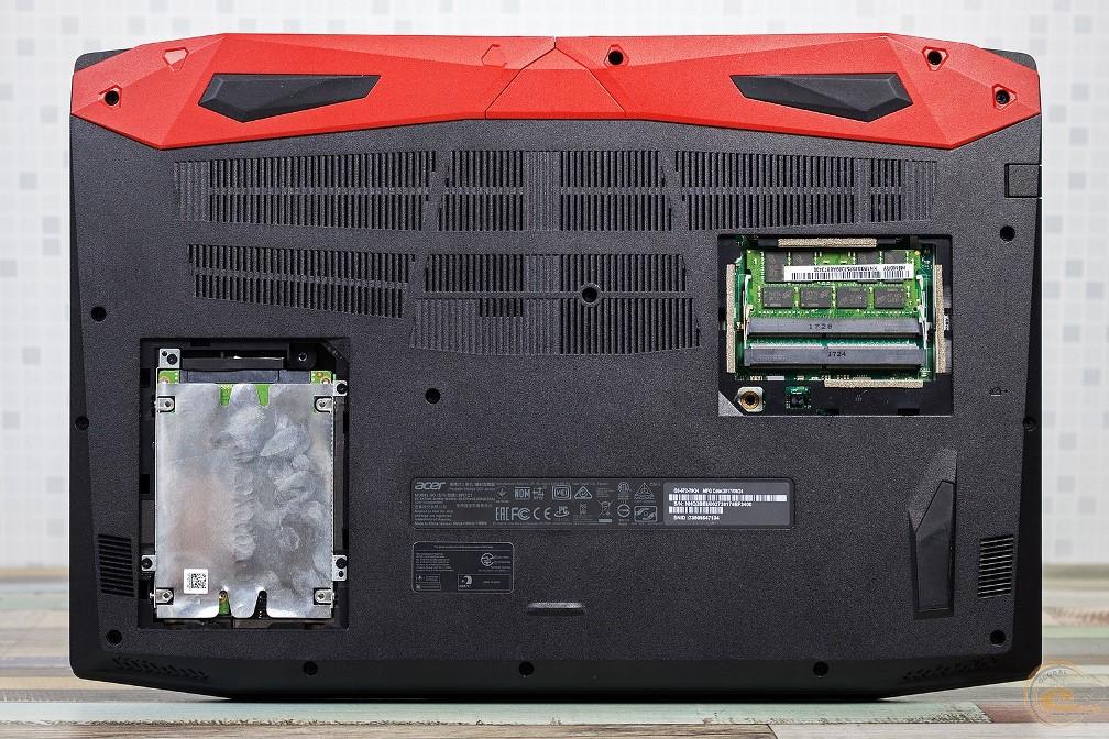 Acer Predator Helios 300 вид на основание без крышек ОЗУ и HDD