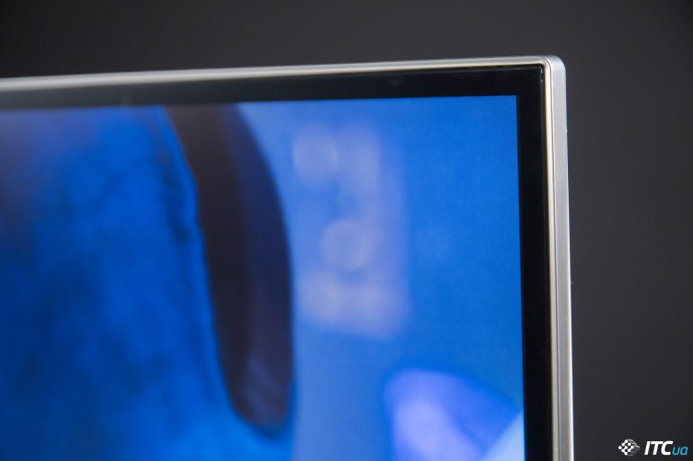 LG 38WK95C тонкая рамка, обрамляющая поверхность экрана