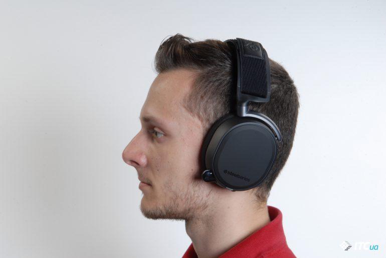 SteelSeries Arctis Pro Wireless на голове вид сбоку