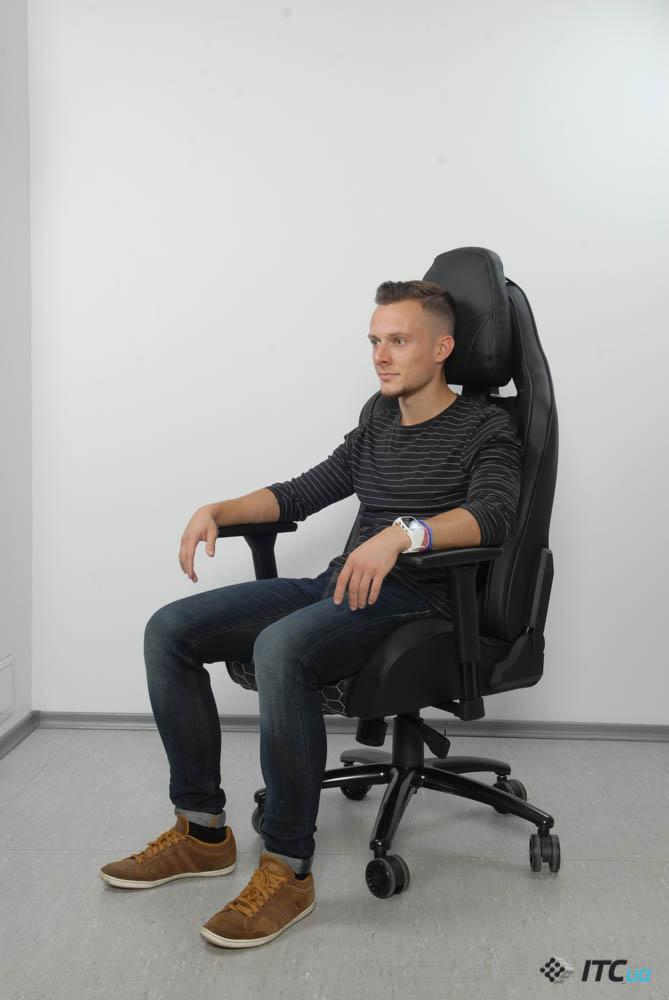 Человек в кресле Hator Icon Tracer