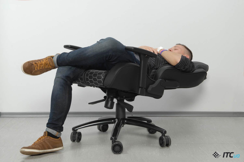 Человек в кресле Hator Icon Tracer с откинутой спинкой на полностью