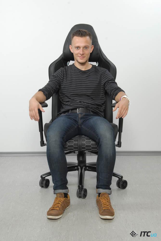 Человек в кресле Hator Icon Tracer вид спереди