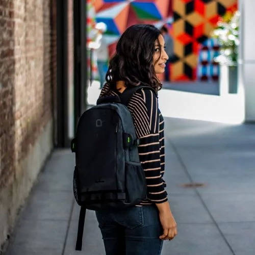 Рюкзак у девушки
