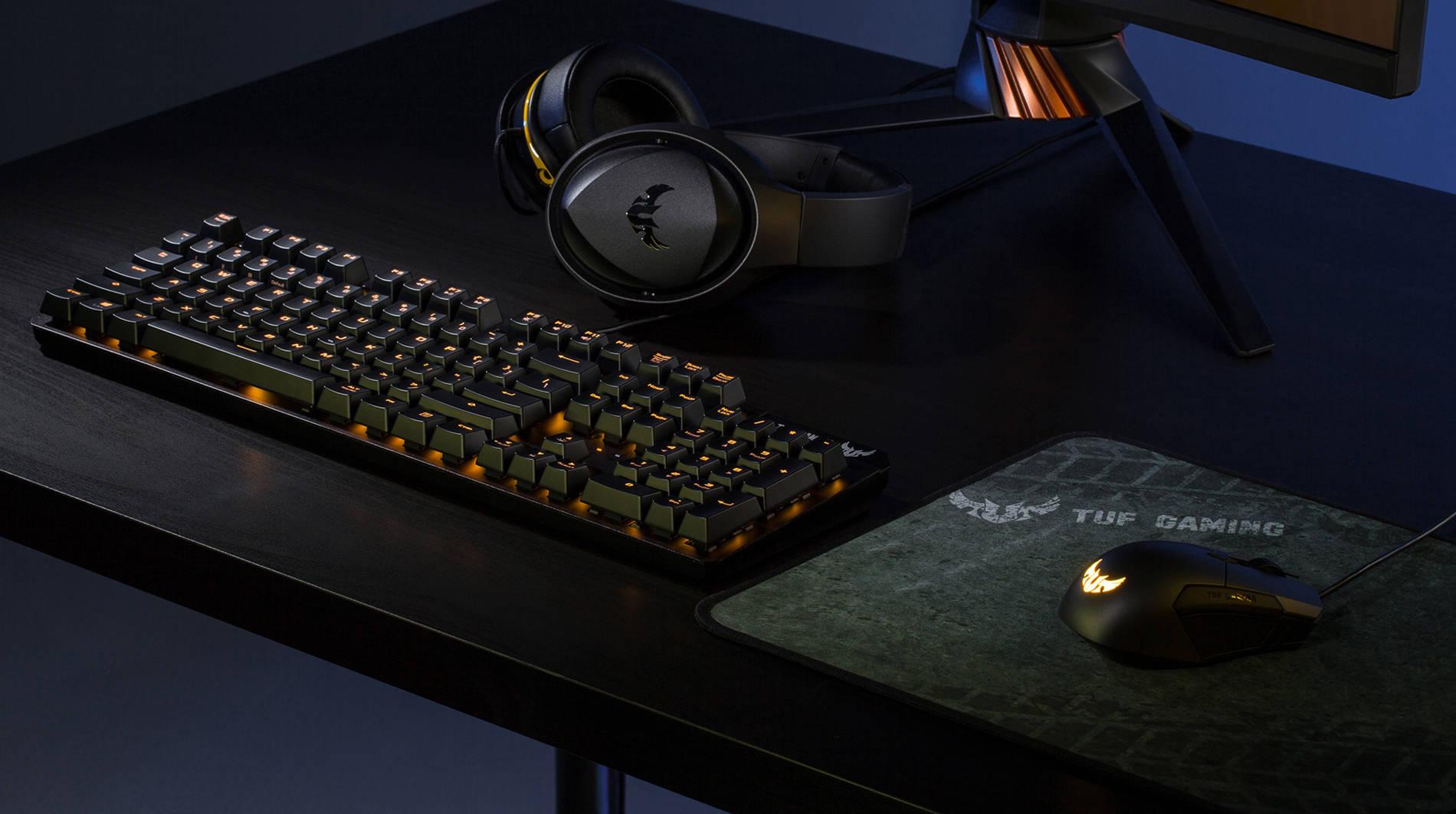 Компьютерный стол с клавиатурой, ковриком и мышкой