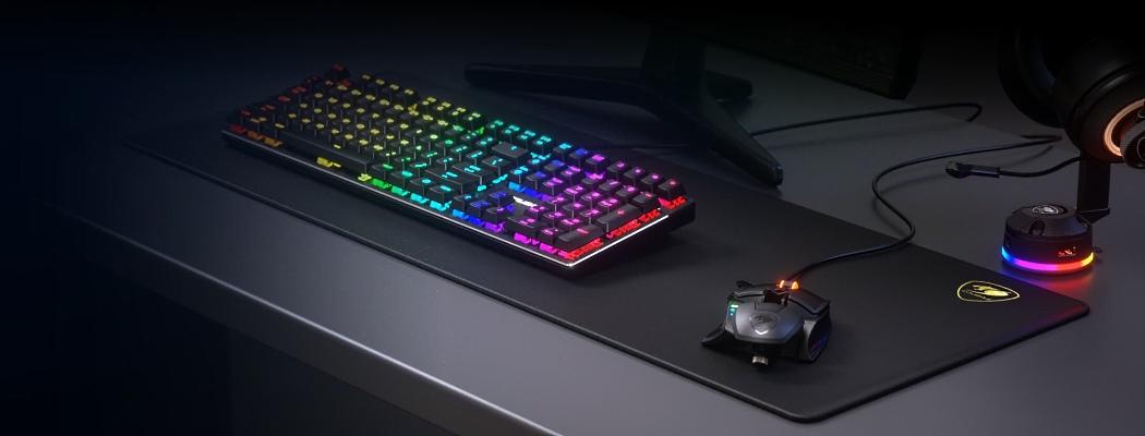 на столе коврик мышь клавиатура