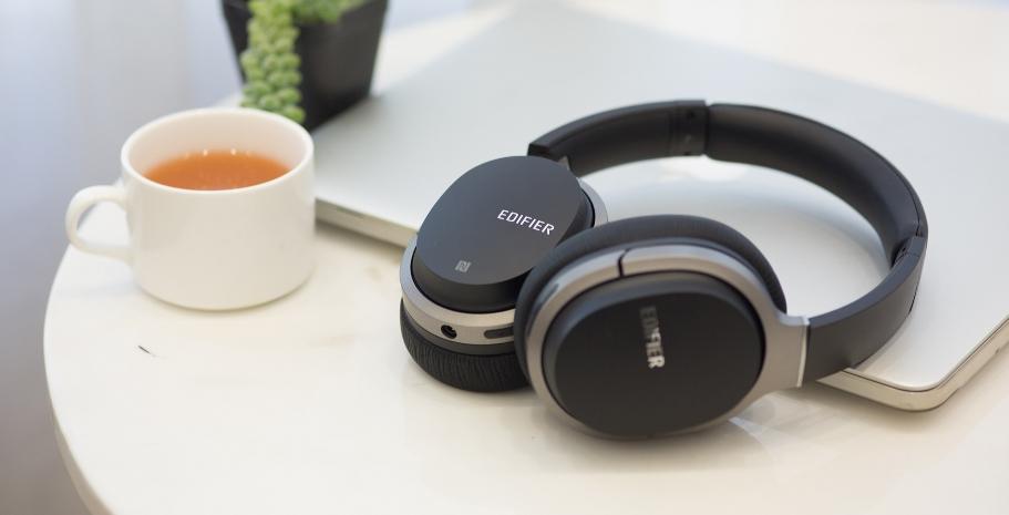 Накладные Bluetooth наушники на ноутбуке