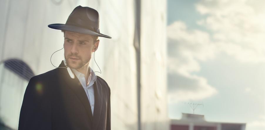 Человек в шляпе и наушниках