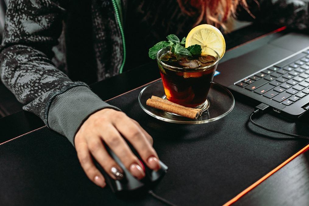 Чашка на столе рядом с ноутбуком  фото 2