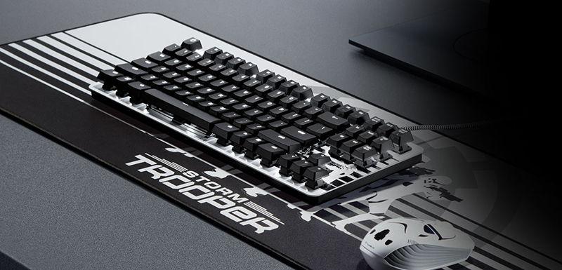 Клавиатура и мышка на столе