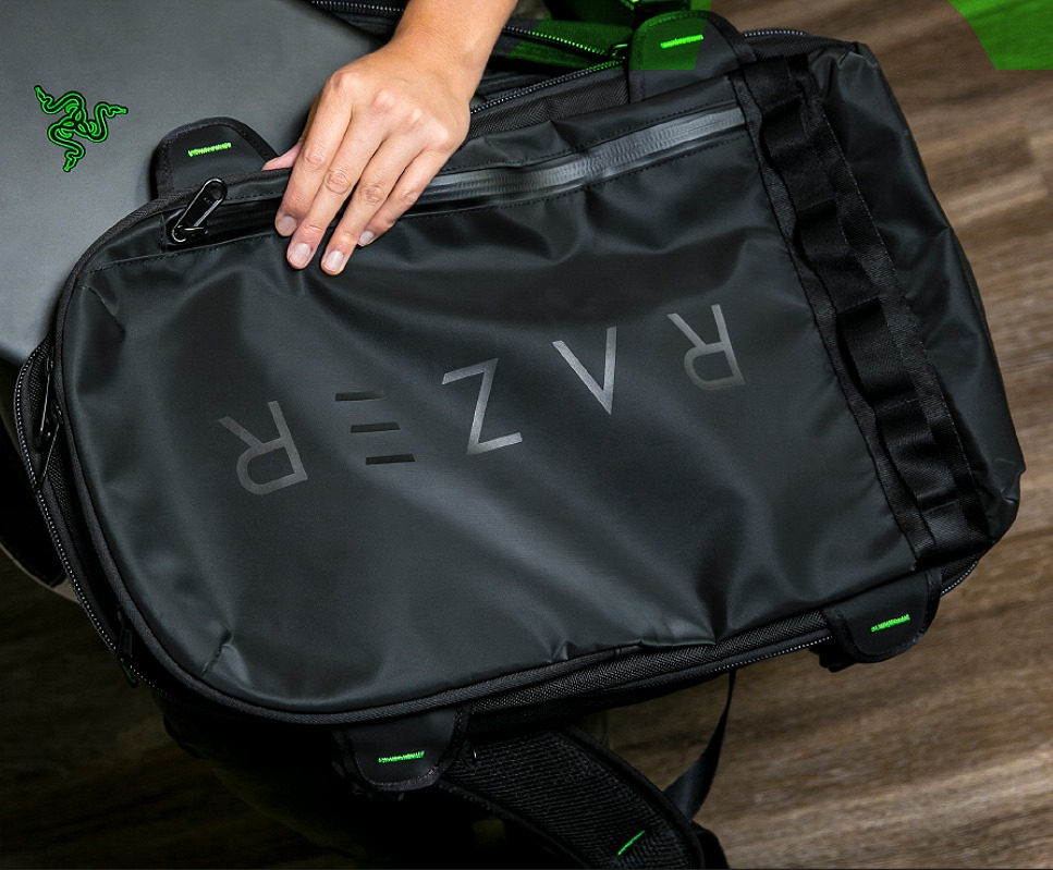 Рука на Razer Rogue Backpack