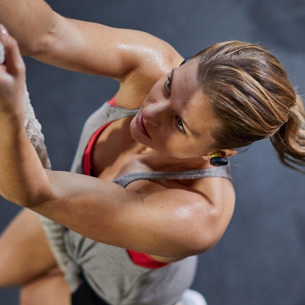 Девушка - спортсменка в наушниках