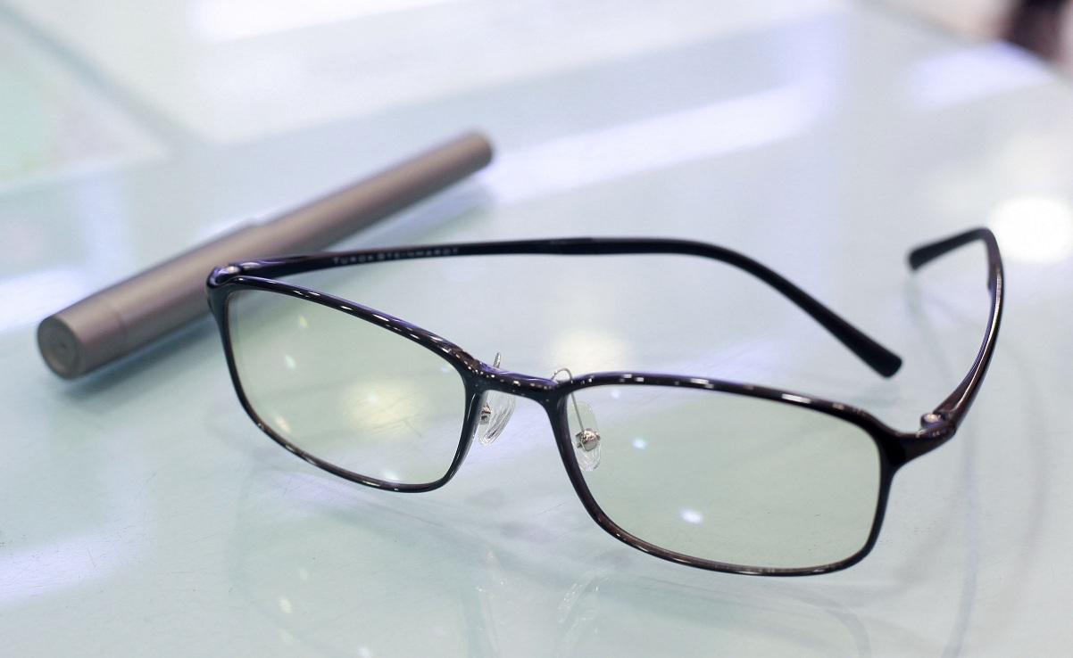очки на столе